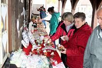 Keramičtí motýlci, ozdobné dekorace, voňavá mýdla, andílci a spousta dalších krásných výrobků byla k vidění, ale i k nákupu za symbolické ceny v Rožďalovicích.