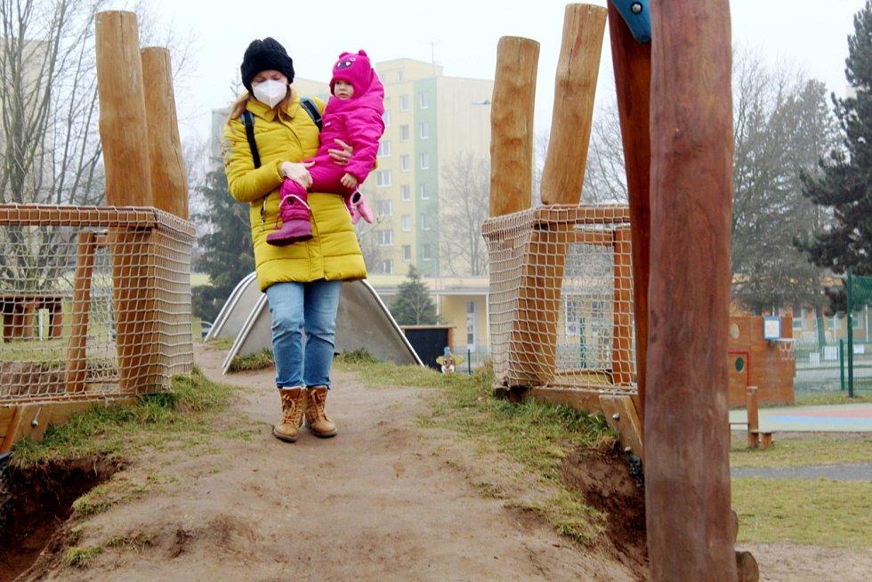 V Nymburce jsou sice dětská hřiště otevřená, ale vzhledem k počasí je vyhledávají jen jednotlivci.