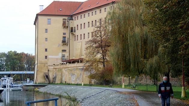 Část cyklostezky pod zámkem v Poděbradech.