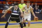 Basketbalové utkání Kooperativa NBL mezi celky USK Praha a ČEZ Basketball Nymburk 2.února v Praze. Ondřej Sehnal vs. Vojtěch Hruban.