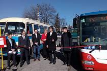 SLAVNOSTNÍ AKT, kterým byla dovršena integrace Nymburska do Pražské integrované dopravy, se odehrál v pondělí dopoledne na autobusovém nádraží.