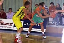 Košíkáři Sadské (ve žlutém) prohráli v Děčíně