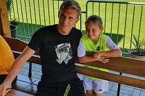 Hvězda. Mezi děti dorazil na poděbradský fotbalový kemp i jeho patron, reprezentant Bořek Dočkal