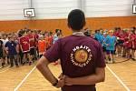 Druhý ročník Poděbradské školní ligy v miniházené odstartoval. Děti se bavily