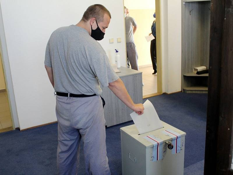 Parlamentní volby ve věznici v Jiřicích.