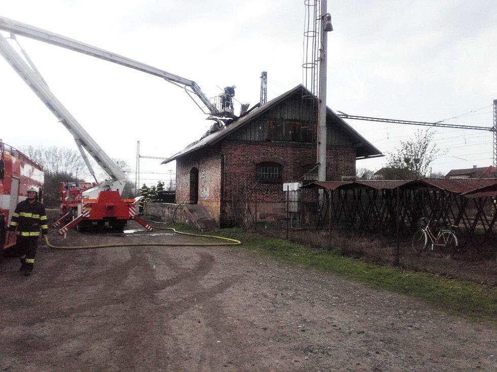 K požáru drážní budovy v Libici nad Cidlinou vyjelo pět jednotek.