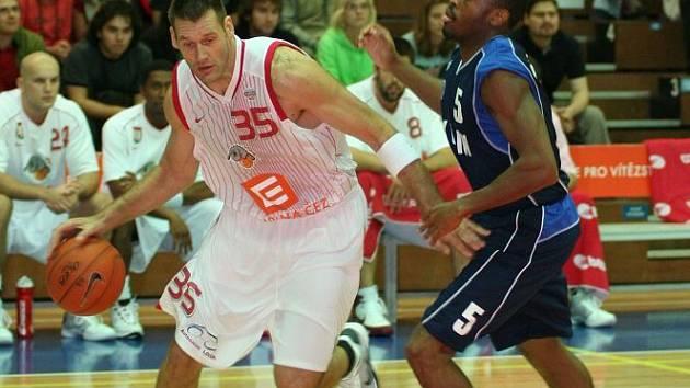 Goran Jagodnik (vlevo) vniká pod soupeřův koš