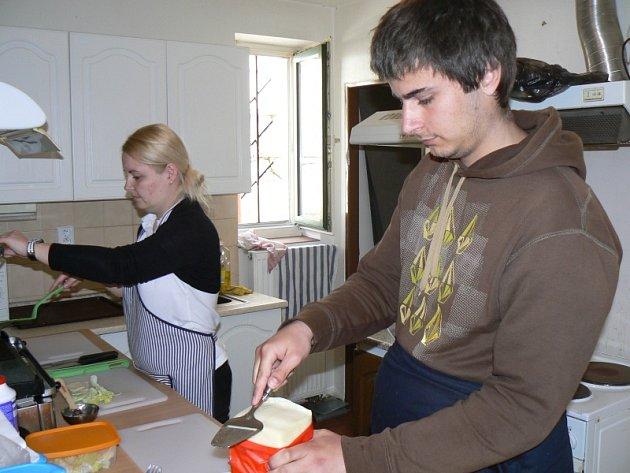 Klienti Fokusu pracují v kavárně Strejda Burger v Nymburce
