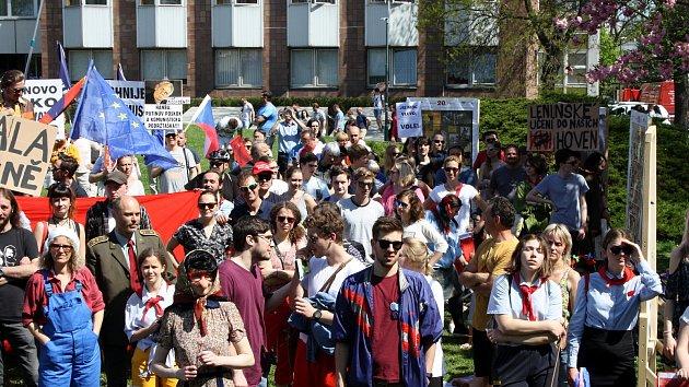 Proti Zemanovi a komunistům stovky lidí