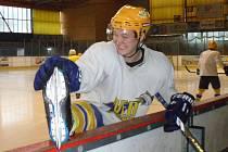 Nymburský hokejista Jan Protivný v dobré náladě na prvním tréninku