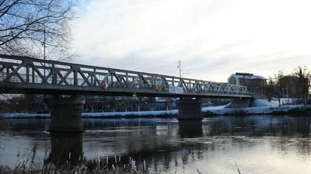 Železniční most v Nymburce je hotový