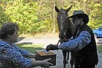 Do volební místnosti v Jizbicích přijel volit Libor Kouřík na svém koni se jménem Poručík Dan.