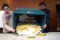 Těsně po 14. hodině se zavřely brány volebních místností a následovala nejdůležitější práce volebních komisí - spočítat hlasy.