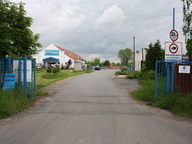 Areál stavebnin v Sadské , kde muž zemřel v buňce strážného