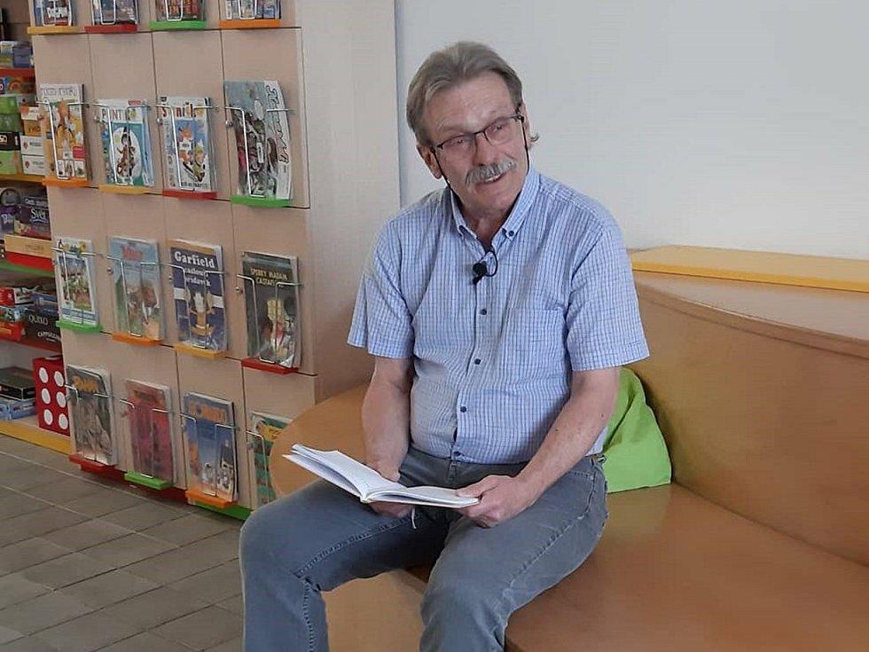 Jan Řehounek čte dětem.