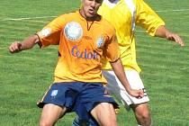 Nováček dorostenecké divize Polaban Nymburk (ve žlutém) vybojoval v soutěži první bod, když s Mladou Boleslaví B remizoval 1:1