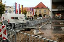 Výkopy se před několika dny objevily i na další straně centrálního nymburského náměstí.