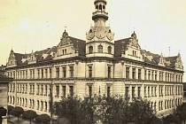 Celkový pohled na budovu gymnázia, 30. léta.