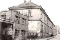 Zmizelý Nymburk. Snímek ukazuje budovy v místě, kde je dnes objekt Eliška, od Kamenného mostu.