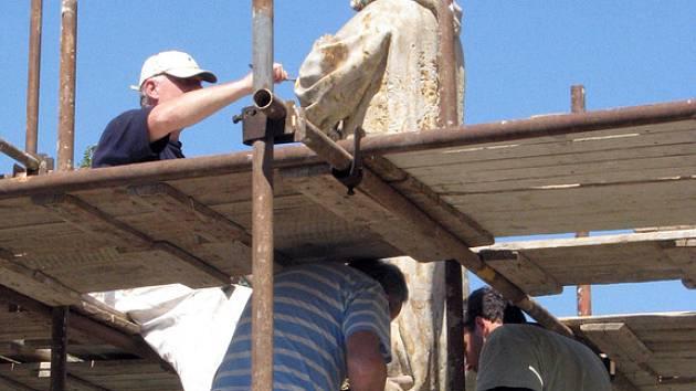 Socha sv. Jana Nepomuckého zdobí opět náměstí