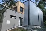 Zelené střechy mají od loňského léta na škole v Mnichovicích na Praze-východ. Na tělocvičně jsou čtyři – na všech plochých místech – a na dostavbě šaten jedna větší.