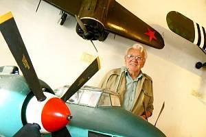 Sedmikilový model letadla vlastní výroby Jana Netopilíka.