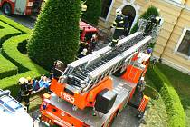 Cvičení hasičů na zámku v Lysé
