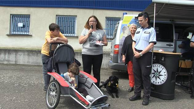 """""""Bariéry s policií"""" zdolávaly v Benešově desítky mladých lidí."""