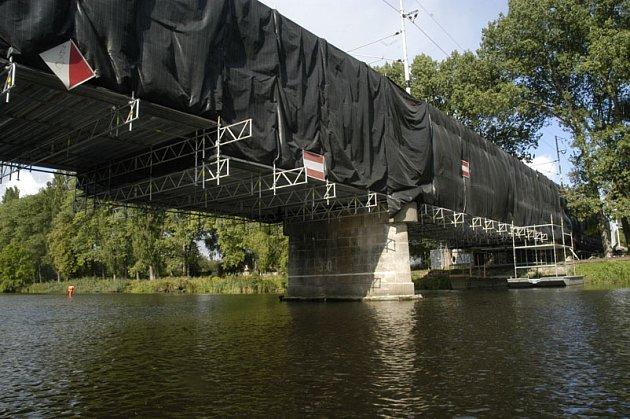 Práce na rekonstrukci železničního mostu přes Labe finišují