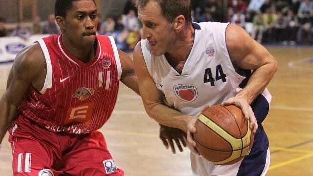 Z okresního derby nejvyšší soutěže basketbalistů mezi Poděbrady a Nymburkem