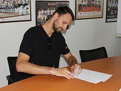 PRODLOUŽIL. V basketbalovém týmu Nymburka zůstává nadále Vojtěch Hruban. A s ním i Martin Kříž.
