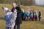 Děti putovaly od mateřské školy Kostička až na Hakenův stadion.