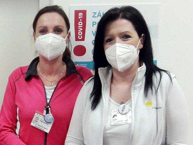Vrchní sestra Ivana Vejvodová (vpravo), vedle ní staniční sestra covid+ stanice na chirurgii a její pravá ruka Kateřina Papoušková.