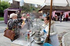 Stánky s pomlázkami, speciálními dobrotami nebo výrobky zručných řemeslníků zaplnily v sobotu část areálu Na Rejdišti v Nymburce.