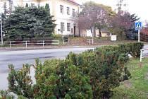 Jeden z nebezpečných přechodů pro chodce na Nymbursku je i v Kostomlatech nad Labem za odbočkou na Rozkoš.
