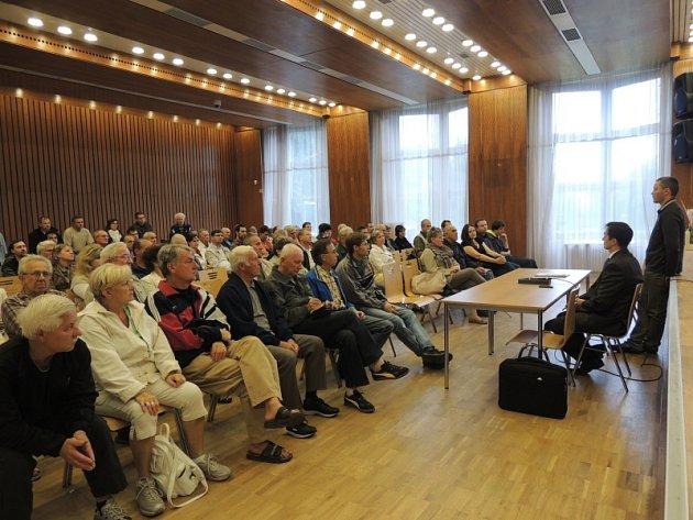 Setkání občanů před samotnou e-aukcí v Obecním domě v Nymburce