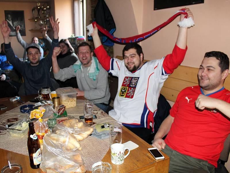 Kolem dvacítky fanoušků se v pátek ráno sešlo ve výjimečně otevřeném Hudebním klubu Mlejn, aby podpořili naše hokejisty.