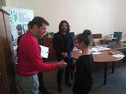Ocenění ve formě mobilního telefonu převzala také Michaela Měšťanová ze ZŠ Příbram.