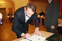 Ondřej Matouš při podepsání slibu zastupitele v listopadu 2014.