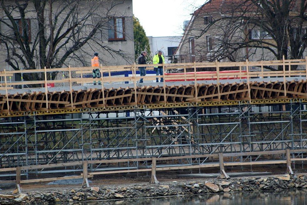 Výstavba lávky probíhá v Nymburce hned na několika místech kolem řeky Labe.