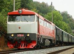 Historická motorová lokomotiva 749.008 zvaná Bardotka v čele výletního vlaku složeného z historických vagonů.