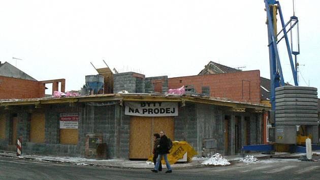 V Městci Králové pokračují práce na opravě takzvaného domu hrůzy.