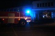 Hasičská auta pendlovala s vodou potřebnou k hašení požáru Kovony v Lysé nad Labem.