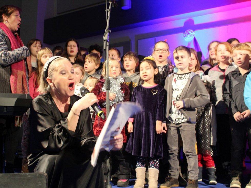 Z Česko zpívá koledy 2019 v Milovicích.