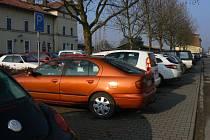Kapacita parkovišť u nádraží přestává lidem stačit.