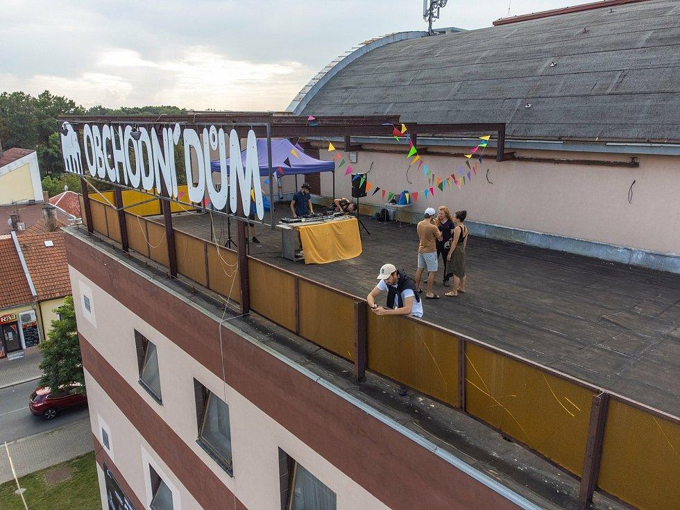 Párty na střeše obchodního domu Růžový slon v Poděbradech.