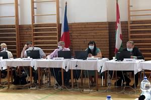 Tři hodiny trvala diskuse na jednání lyských zastupitelů, která se týkala už celostátně známé kauzy místního mokřadu.