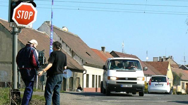 Přejezd v Sadské. Místní pochybují o bezpečnosti.