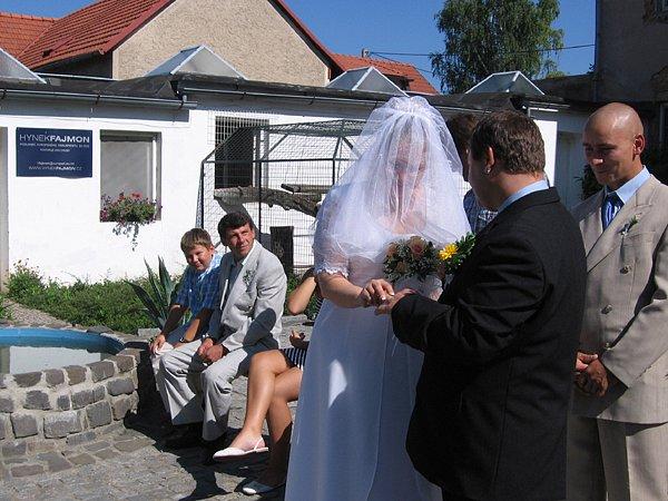Hodně netradiční místo si pro svoji svatbu vybrali Kamil Hynek z Rybniště a Markéra Mičková z Ostravy. Ti si totiž v sobotu řekli ano na celý život v chlebské zoo.