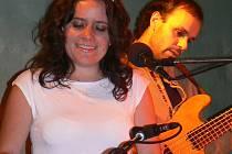 V rytmu Latinské Ameriky s přísadou jazzu se vlnili návštěvníci koncertu, kde ekvádorskou zpěvačku a klávesistku Andreu Ruilovu doprovázela skupina Folhinha Band.